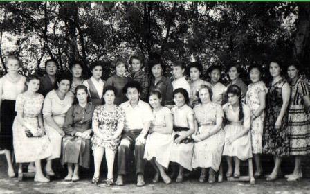 4.З.И. Лоханина, Ю.А. Хараев с сельскими библиотекарямя, июль-август 1962 год (курсы повышения квалификации)